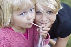 flickor som delar två barn Royaltyfri Foto