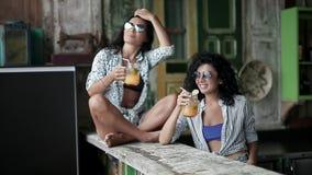 Flickor som dricker coctailar lager videofilmer