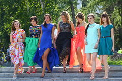 Flickor som firar avläggande av examen Fotografering för Bildbyråer