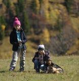 Flickor som fotvandrar med hunden Arkivbild