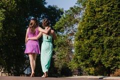 Flickor som går bort samtal tillsammans Royaltyfri Fotografi