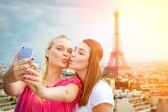 Flickor som gör en selfie i Paris Fotografering för Bildbyråer