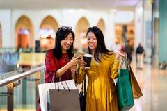 Flickor som gör shopping i gallerian royaltyfri bild