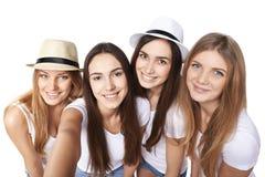 Flickor som gör självståenden med en smartphone Arkivfoto