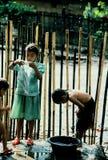Flickor som gör tvätterit i regnet Arkivbilder