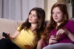 Flickor som håller ögonen på film Arkivfoto