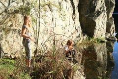 Flickor som håller ögonen på vatten Arkivfoto