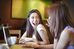 flickor som har gyckel i coffee shop fotografering för bildbyråer