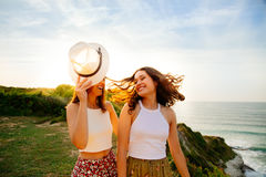 Flickor som har gyckel i sommar arkivbild