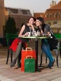 Flickor som har gyckel på ett kaffe Fotografering för Bildbyråer