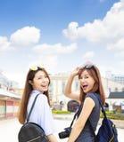 Flickor som har gyckel på sommarsemestrar arkivbild