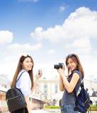 Flickor som har gyckel på sommarsemestrar royaltyfri fotografi