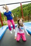 Flickor som hoppar på trampolinen Royaltyfri Bild