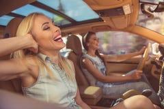 Flickor som kör bilen fotografering för bildbyråer