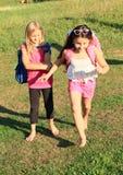 Flickor som kör till skolan Arkivfoton