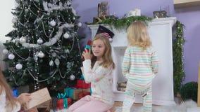 Flickor som körs för gåvor på julmorgon arkivfilmer