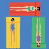 Flickor som kopplar av på simningmadrasserna royaltyfri illustrationer