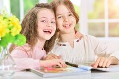Flickor som läser tidskriften Royaltyfri Fotografi