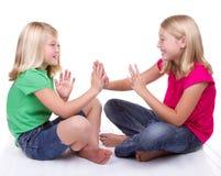 Flickor som leker applådera leken Fotografering för Bildbyråer