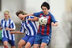 flickor som leker fotboll Arkivbilder