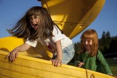 flickor som leker glidbanan Arkivfoto