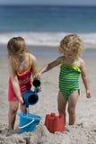 Flickor som leker på stranden. royaltyfri foto