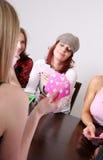 flickor som leker poker royaltyfri fotografi