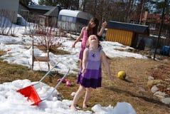 flickor som leker snow royaltyfri bild