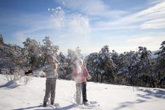 flickor som leker snow två Fotografering för Bildbyråer