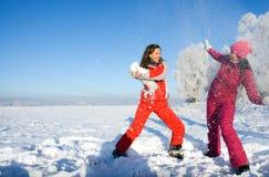flickor som leker snow två arkivfoton