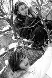 flickor som leker vinter royaltyfri fotografi