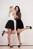 flickor som ler två som viskar Royaltyfri Foto