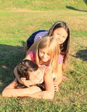 Flickor som ligger på gräs Arkivbilder