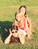 Flickor som ligger på gräs Royaltyfri Bild