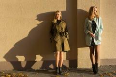 Flickor som lutar på väggen fotografering för bildbyråer