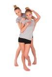 flickor som poserar den tvilling- sporten Royaltyfria Bilder