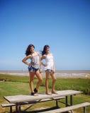 Flickor som poserar i den Quintana stranden Royaltyfri Fotografi