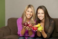 Flickor som poserar med frukt Royaltyfria Foton