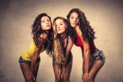 flickor som poserar tre arkivbild