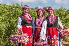 Flickor som poserar under rosplockningfestivalen i Bulgarien royaltyfria bilder