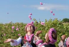 Flickor som poserar under rosplockningfestivalen i Bulgarien royaltyfria foton
