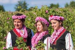 Flickor som poserar under rosplockningfestivalen i Bulgarien royaltyfri fotografi