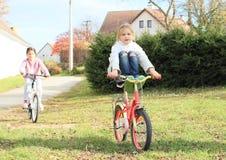 Flickor som rider en cykel Arkivfoton