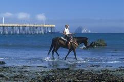 Flickor som rider hästryggen på stranden, Morro fjärd, CA Royaltyfria Foton