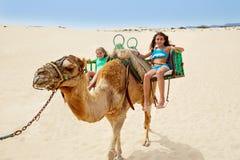 Flickor som rider kamlet i kanariefågelöar Royaltyfri Bild