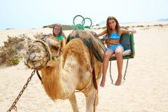 Flickor som rider kamlet i kanariefågelöar Royaltyfria Foton