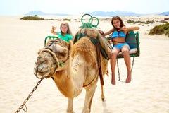 Flickor som rider kamlet i kanariefågelöar Royaltyfri Foto