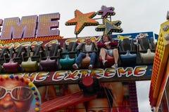 Flickor som rider på den extrema Miami dragningen på den centrala pir Royaltyfri Bild