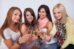 Flickor som rostar med champagne Royaltyfria Bilder