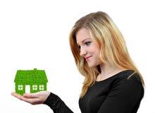 Flickor som rymmer i grönt hus för händer Fotografering för Bildbyråer